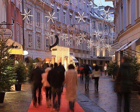 Krippenweg und roter Teppich im Advent in der Grazer Altstadt
