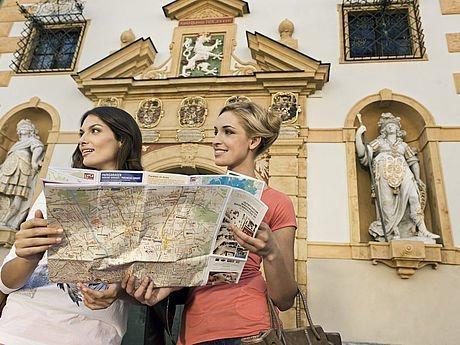 Freundinnen mit Stadtplan vor dem Landhaus Graz