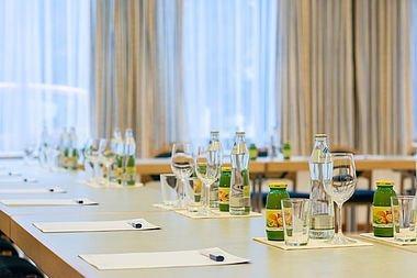 Vorbereitete Tische mit Unterlagen & Getränken für Seminare im Hotel Stoiser Graz