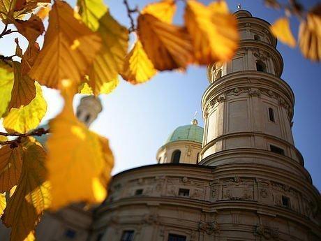 Herbststimmung mit gelben Blättern vor dem Grazer Dom