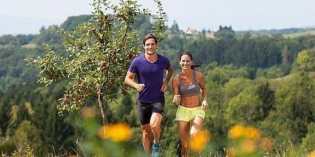 Pärchen beim Joggen durch die Umgebung von Graz