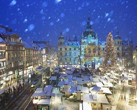 Adventmarkt vor dem Rathaus in Graz bei Schneefall