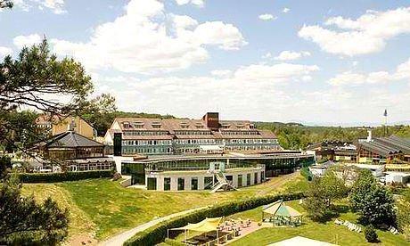 Blick auf das Partnerhotel Stoiser neben der Therme Loipersdorf