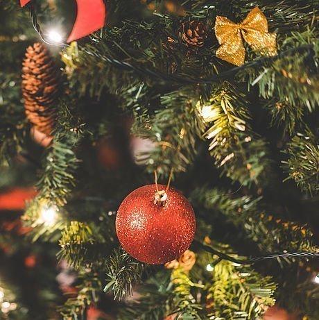 Christbaumkugeln am Weihnachtsbaum im Hotel Stoiser Graz