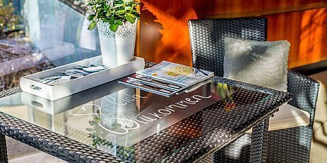Lobby mit Empfangstisch im Hotel Stoiser Graz