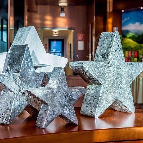 Weihnachtliche Sternendekoration im Hotel Stoiser Graz