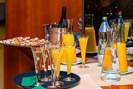 Feiern im Hotel Stoiser Graz mit belegten Brötchen und Sekt Orange