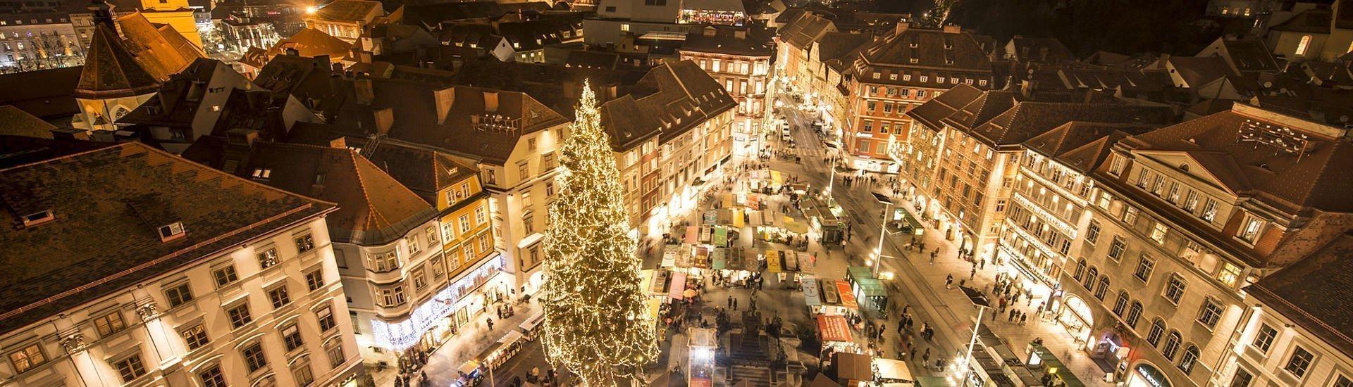 Abendstimmung am Weihnachtsmarkt am Hauptplatz in Graz