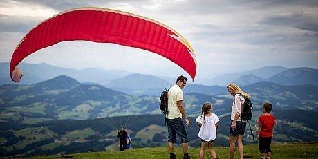 Paragleiter und Wanderer am Grazer Hausberg Schöckl
