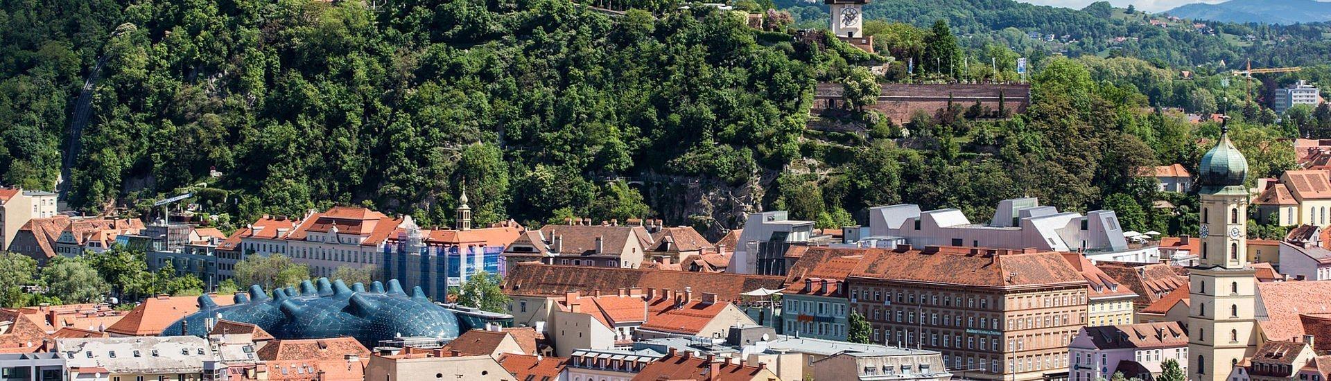 Blick über die Dächer auf den Grazer Schlossberg