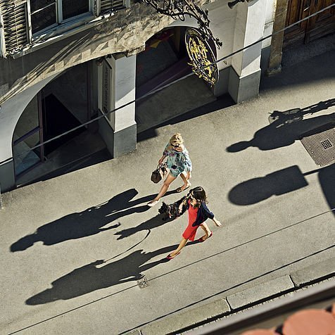 Blick von oben auf zwei Frauen beim Shopping in der Sackstrasse in Graz