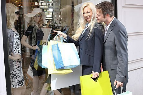 Ehepaar beim Shopping mit Einkaufstüten vor den Schaufenstern in der Grazer Altstadt