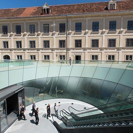 Spektakuläres Glasdesign im Grazer Joanneumsviertel