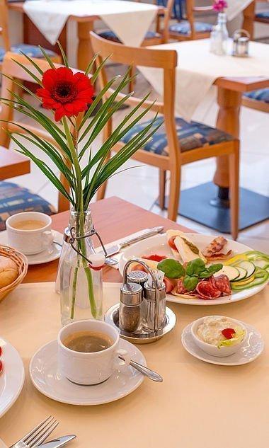 Vielfältiges Frühstück mit Mozzarella und Brötchen im Hotel Stoiser Graz