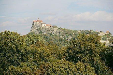 Blick auf die Burg Riegersburg am Felsen im Sommer