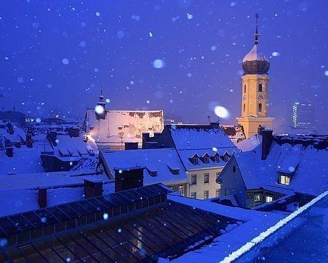 Winterliche Landschaft über den Dächern der Stadt Graz