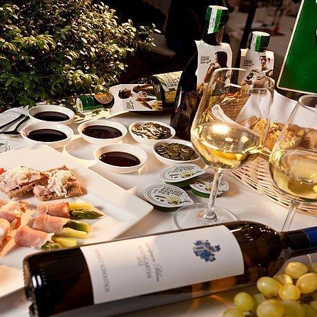 Tisch für Kernölverkostung mit Wein und Häppchen in Graz