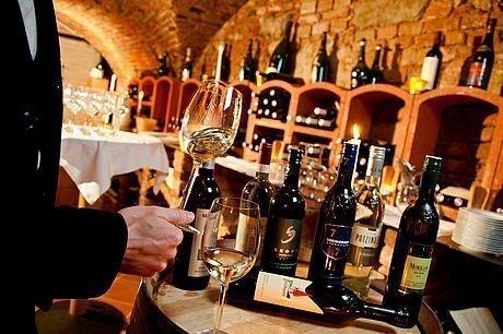 Weinverkostung in edlem Weinkeller in Graz