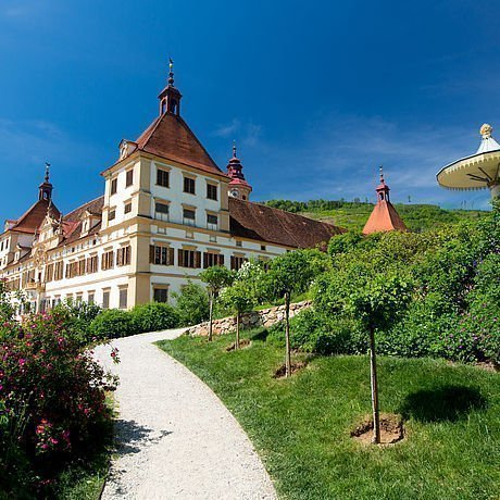 Blick auf die Auffahrt zu Schloss Eggenberg nahe Graz