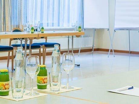 Getränke & Flipchart im Seminarraum im Hotel Stoiser Graz