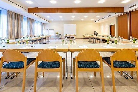Stuhlreihe im Seminarraum während Tagung im Hotel Stoiser Graz