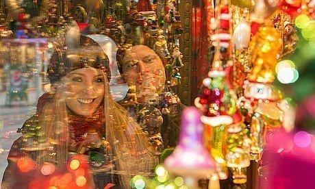 Paar beim Christmas-Shopping vor einem Schaufenster in der Grazer Altstadt