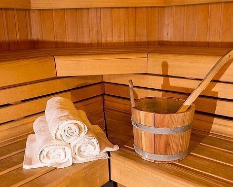 Sauna mit Holzbänken im Wellnessbereich des Hotel Stoiser Graz