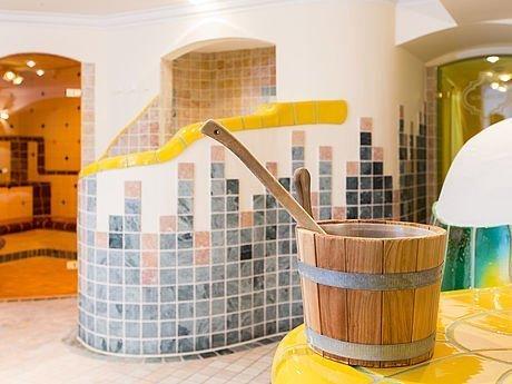 Holzkübelchen für wohltuende Saunaaufgüsse im Hotel Stoiser Graz