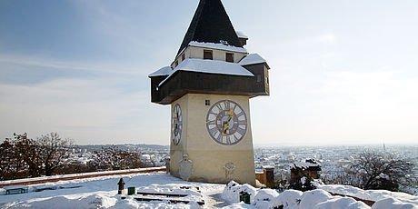 Schneebedeckter Grazer Uhrtum im Winter