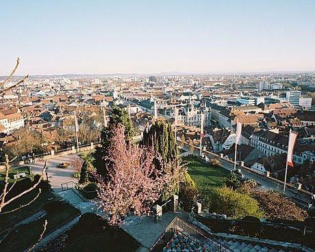Blick vom Schlossberg mit Fahnen des Filmfestivals Diagonale Graz