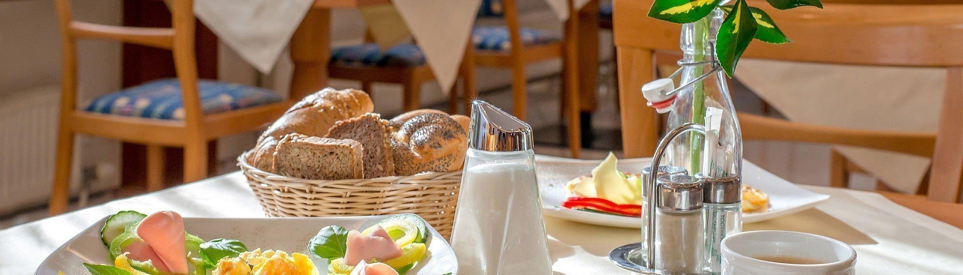 Reichhaltiges Frühstück mit Rührei und Brötchen im Hotel Stoiser Graz