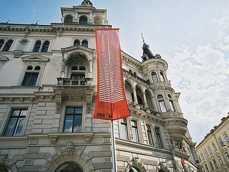 Fahne des Filmfestivals Diagonale in der Grazer Altstadt