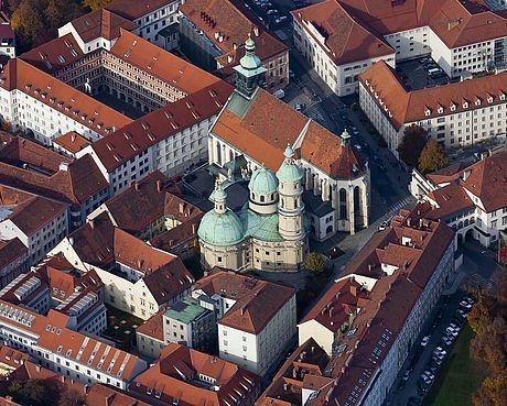 Aussicht auf die Dächer der historischen Stadt Graz mit Blick auf den Dom