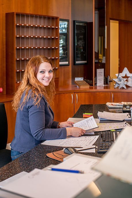 Freundliche Rezeptionistin im Hotel Stoiser Graz
